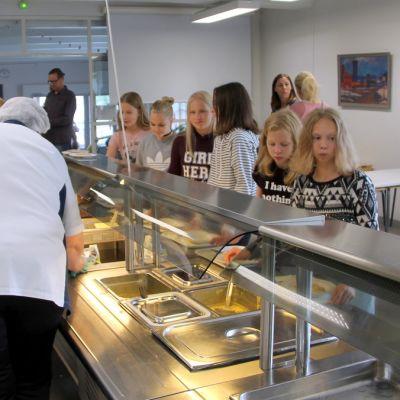 Lapset ottavat ruokaa