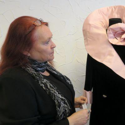 Lions Club Forssan Jokivarren puuhanaiset Merja Isotalo ja Merja Vainio seisovat pukunäyttelyssä