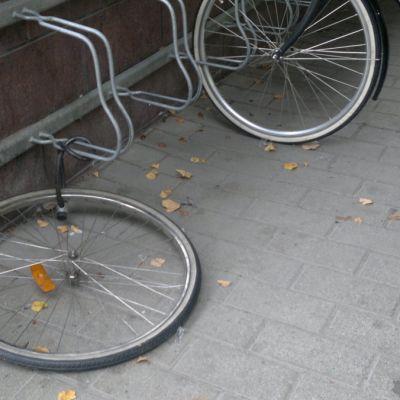 Pyörän eturengas lukon varassa
