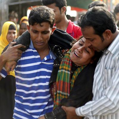Släktingar försöker trösta en kvinna efter en färjolycka på Padmafloden norr om Bangladesh huvudstad Dhaka.