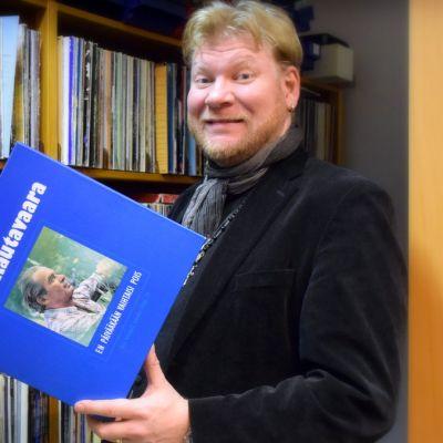Anssi Känsälä käsissään kokoelmaboksi Tapio Rautavaaran äänityksiä