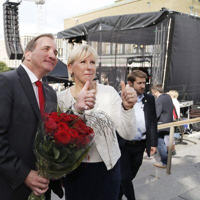 Sosiaalidemokraattisen puolueen puheenjohtaja Stefan Löfven ja sosiaalidemokraattien poliitikko Margot Wallström vaalitilaisuudessa Göteborgissa lauantaina.
