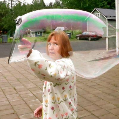 Leila Siukola-Turpeinen tekee putkilomaista saippuakuplaa