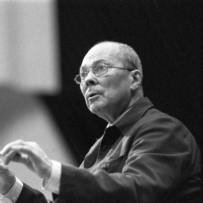 Kapellimestari Paavo Berglund johtaa orkesteria.