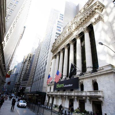 Jalankulkijoita kävelee New Yorkin pörssitalon ohitse.