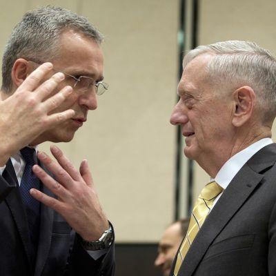 Naton pääsihteeri Jens Stoltenberg ja Yhdysvaltojen puolustusministeri James Mattis