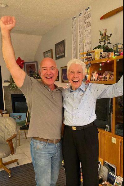 Jeff Bezos berättar för Wally Funk att hon får flyga med honom upp i rymden