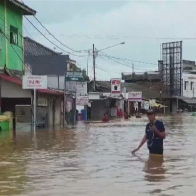 Översvämmad gata i Indonesien efter vulkanen Anak Krakataus utbrott och efterföljande tsunami,