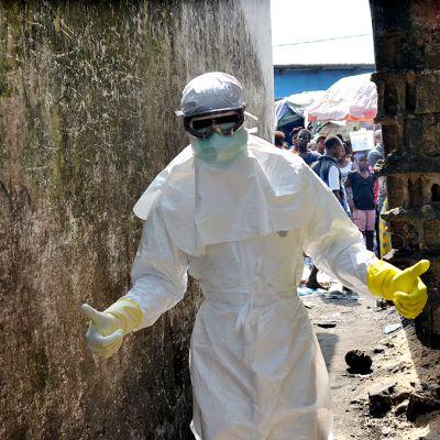 Punaisen ristin työntekijä Monroviassa.