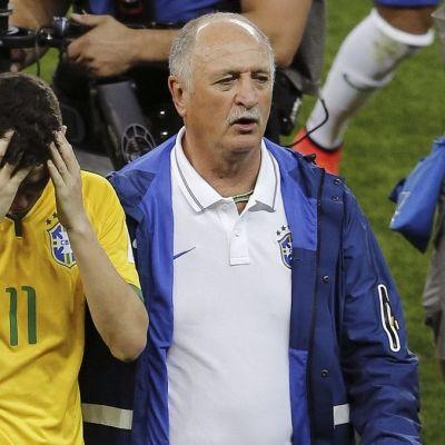 Brasilian Oscar päävalmentaja Luis Felipe Scolarin kainalossa.