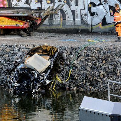 Viola Beachiä kuljettanut auto romuttui pahoin syöksyessään kanavaan.