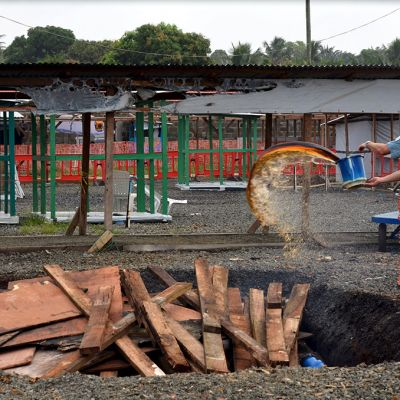 Lääkärit ilman rajoja -järjestön työntekijä poltti purettavan Ebola-sairaalan teltan rakenteita 27. tammikuuta Monroviassa, Liberiassa.