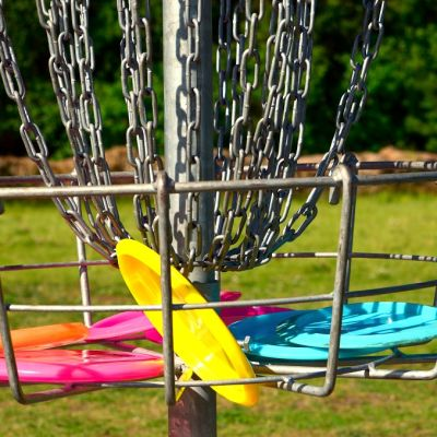 Frisbeet ovat lentäneet frisbeegolfmaaliin.