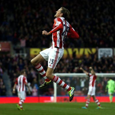 Stoken Peter Crouch hyppää ilmaan tuulettaessaan.