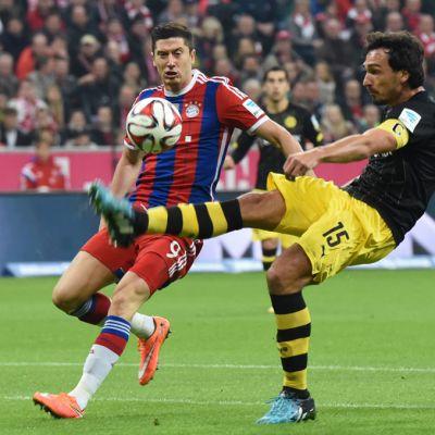 Robert Lewandowski ja Mats Hummels Bayern Münchenin ja Dortmundin välisessä ottelussa.