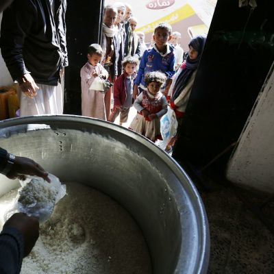 Jemenin pääkaupungissa Sanaassa jaettiin ruoka-apua 12.11.2017.