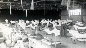 Patienter i ett tillfälligt sjukhus i USA under spanska sjukan 1918