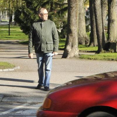 Trafiklärare Jarl Granholm försöker ta sig över Vasaesplanaden