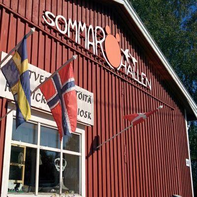Vanhasta bussihallista tuli idyllinen tuli käsityömyymälä vuonna 1992, Sommaröhallen Mustasaaren Södra Vallgrundissa.