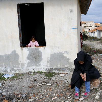 Lapsia kylänraitilla.