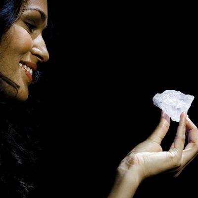 Malli esittelemässä Lesedi la Rona -timanttia.