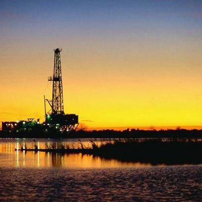 Öljynporausalusta rannassa