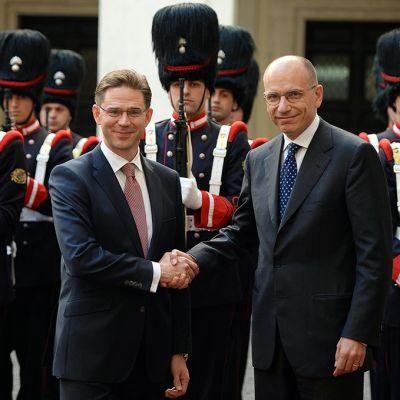 Suomen ja Italian pääministerit Jyrki Katainen ja Enrico Letta poseeraavat kuvaajille kunniavartioston edessä.