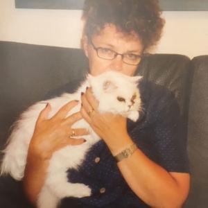 Marsa Bäck kissansa kanssa.