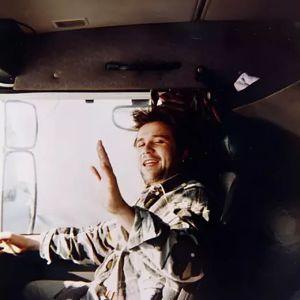 Rekkamies Reto Bantli vilkuttaa ratin takaa.