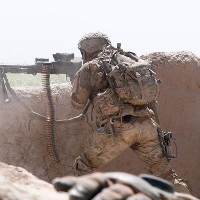 Yhdysvaltain armeijan laskuvarjojääkäri tulittaa vihollisjoukkoja.