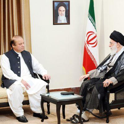 Pakistanin pääministeri Nawaz Sharif (vas.) tapaamassa Iranin Ayatollah Ali Khameneita 12. toukokuuta Tehranissa.