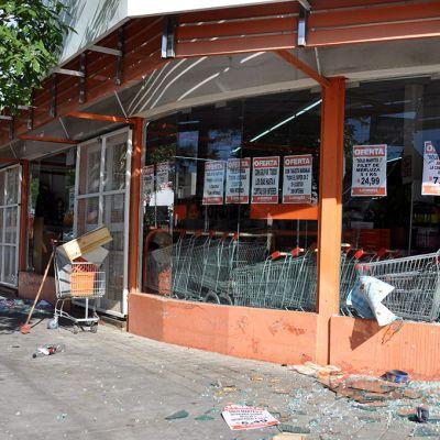 Kauppa, jonka ikkunat on rikottu.