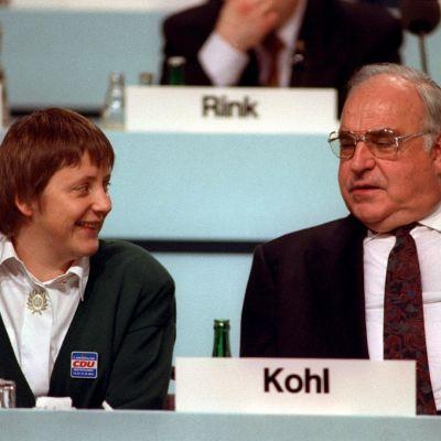 Angela Merkel ja Helmut Kohl puolilähikuvassa, Merkel hymyilee.