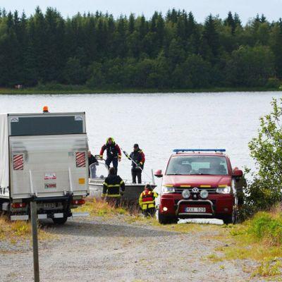 Etsintähenkilöstöä järvellä.