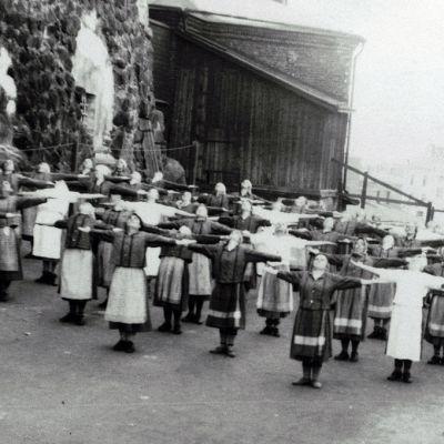 Naisvangit voimistelevat vuonna 1926