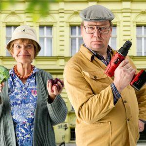 gårdskarl Risto (Paul Holländer) och Margit  ( Sue Lemström) i O-hyra,