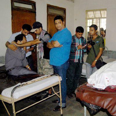 Sukulaisia suremassa kuolleeksi pahoinpideltyä bloggaajaa Ananta Bijoy Dasia Sylhetin kaupungissa 12. toukokuuta.