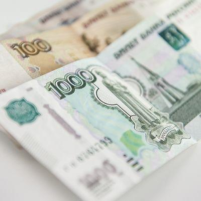 Ruplan seteleitä pöydällä.