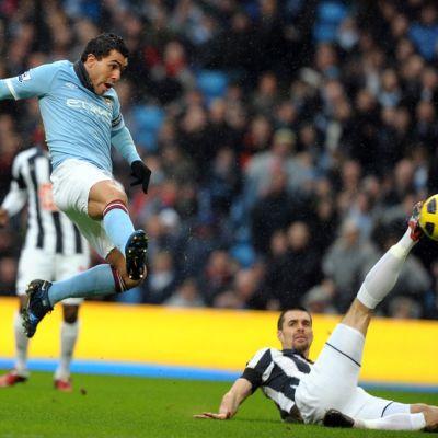 Manchester Cityn Carlos Tevez ja West Bromwich Albionin Paul Scharner.