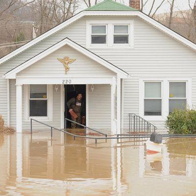 Tulvavedet saarsivat talon Fentonissa, Missourissa 30. joulukuuta 2015.