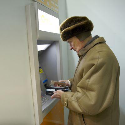 vanhus pankkiautomaatilla