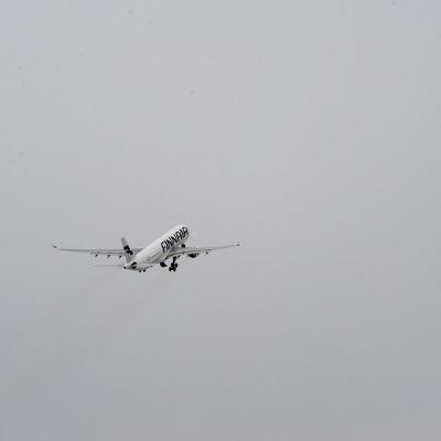 Lentokone nousussa kiitoradalta.