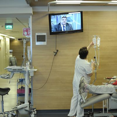 Sairaanhoitaja työssä.