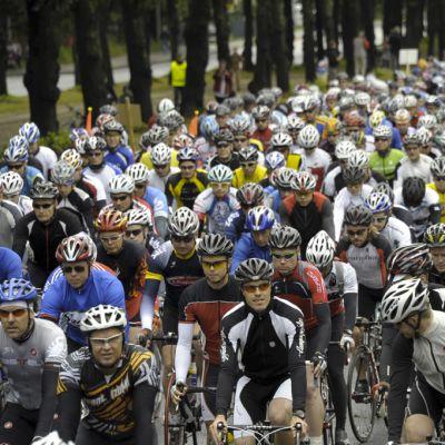Paljon pyöräilijöitä.