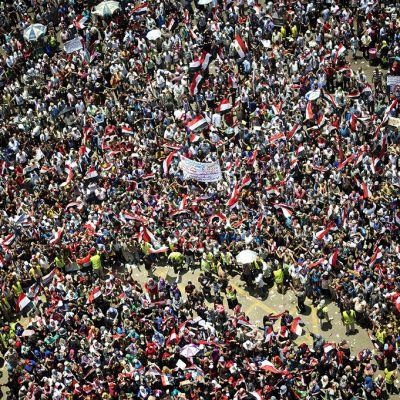 Egyptin presidentti Mohammed Mursia vastustavia mielenosoittajia Kairon Tahririn aukiolla.