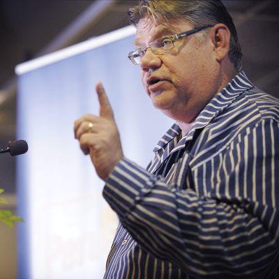 Timo Soini puhuu vasen etusormi pystyssä.