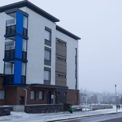 Kahden surmatun lapsen kotitalo Kuopiossa sunnuntaiaamuna 23. marraskuuta 2014.