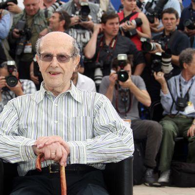 Elokuvaohjaaja Manoel Cândido Pinto de Oliveira poseerasi kuvaajille Cannesin filmifestivaaleilla vuonna 2010.