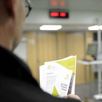 Työnhakija TE-toimistossa Helsingissä 15. toukokuuta 2015.