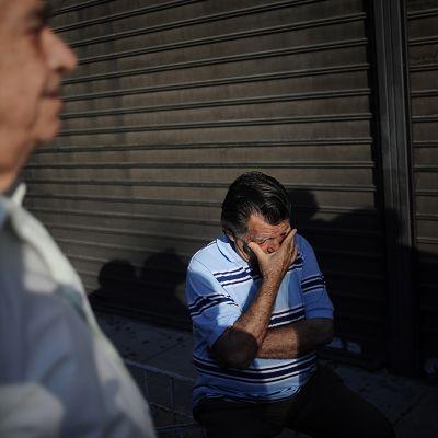 Kreikkalaiset eläkeläiset jonottavat pankkiautomaatille.